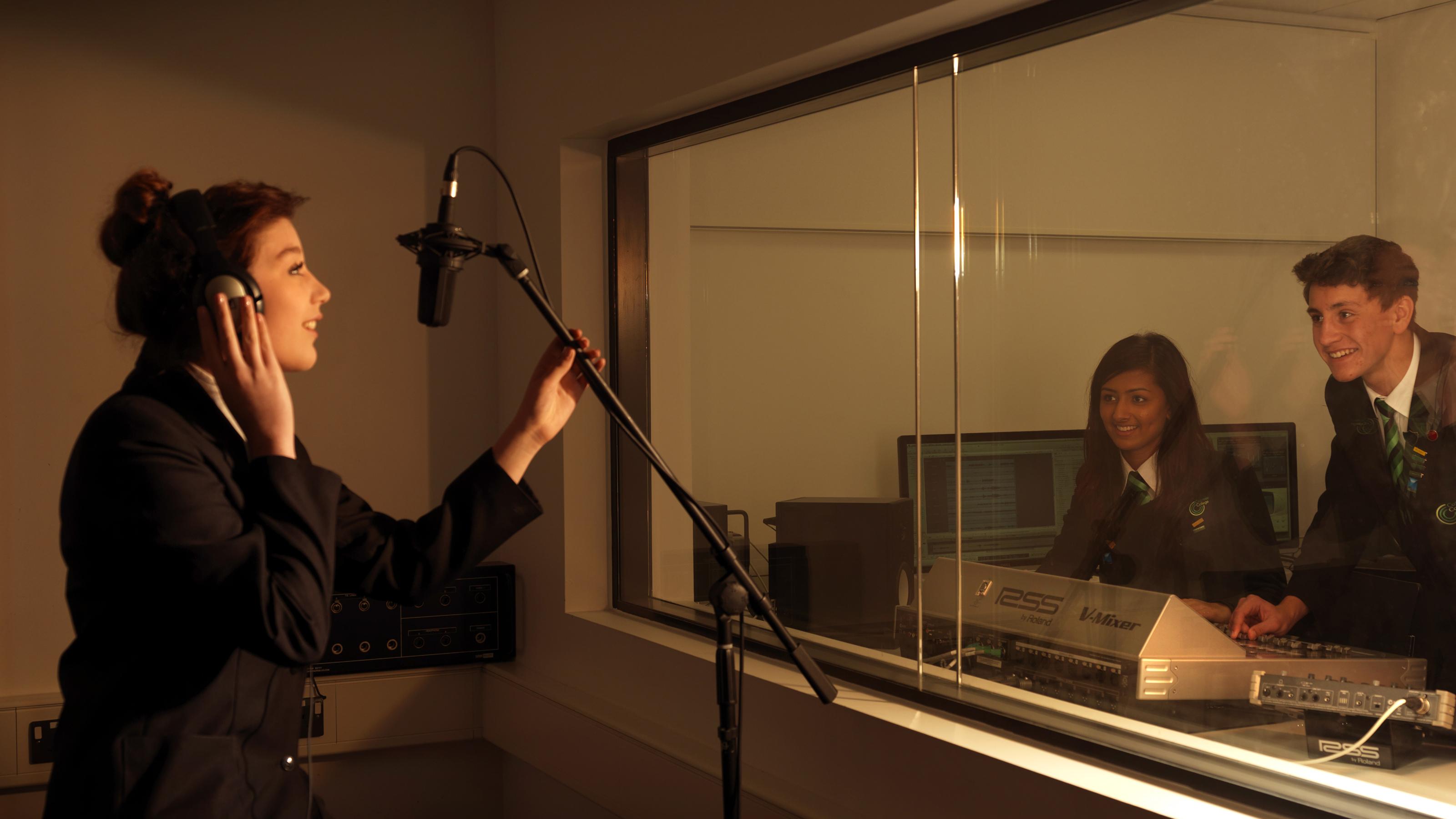 Sing Recording Studio : singing in recording studio catmose principal ~ Vivirlamusica.com Haus und Dekorationen